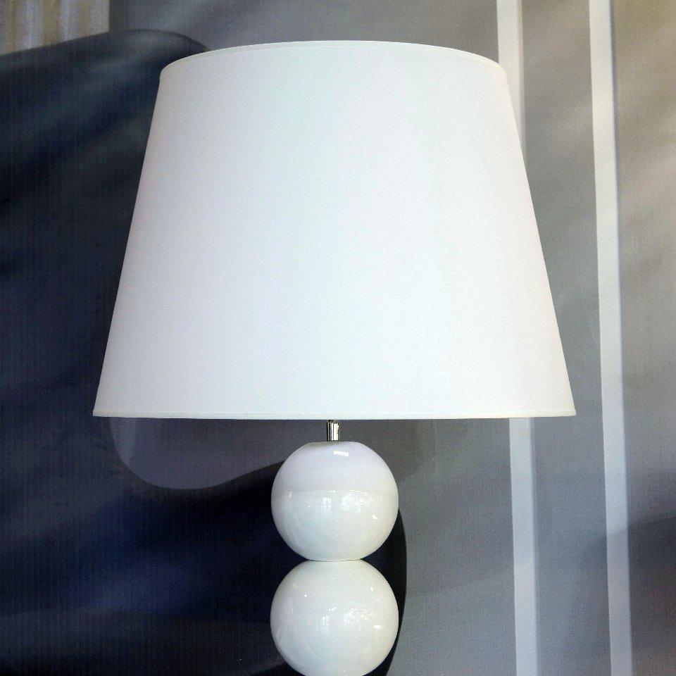 Stożkowy abażur białej lampy podłogowej PERLA IX