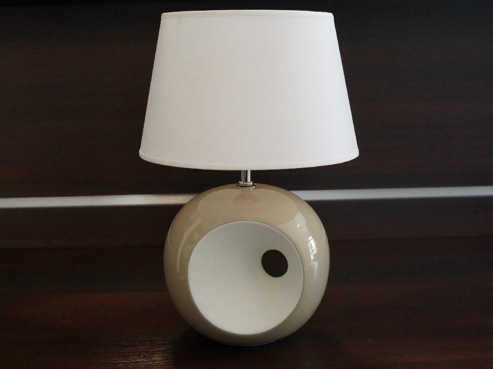 Lampka nocna OLA z charakterestycznym okiem występuje w paru różnych kolorach